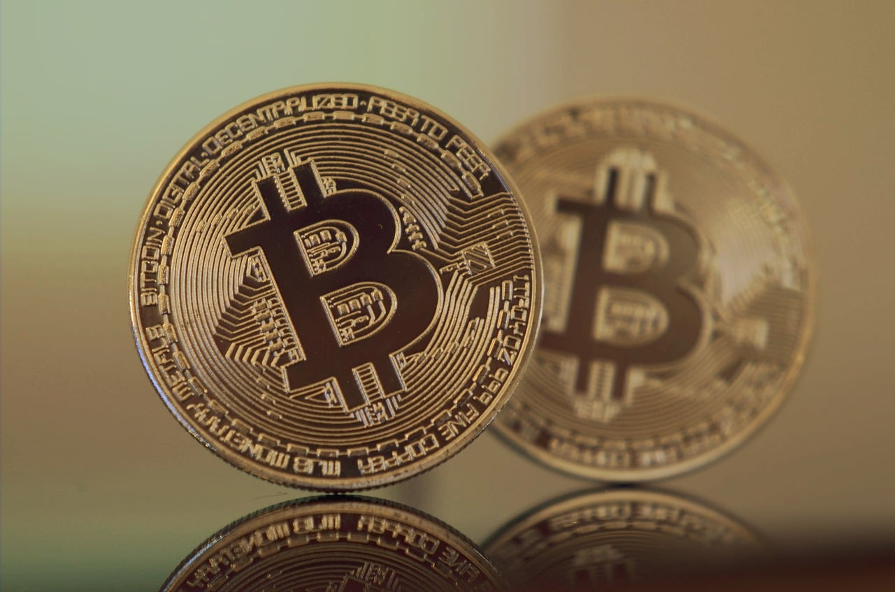 bitcoin enthusiasts Ultimate Safe Haven Asset Gold Outshone Bitcoin In October