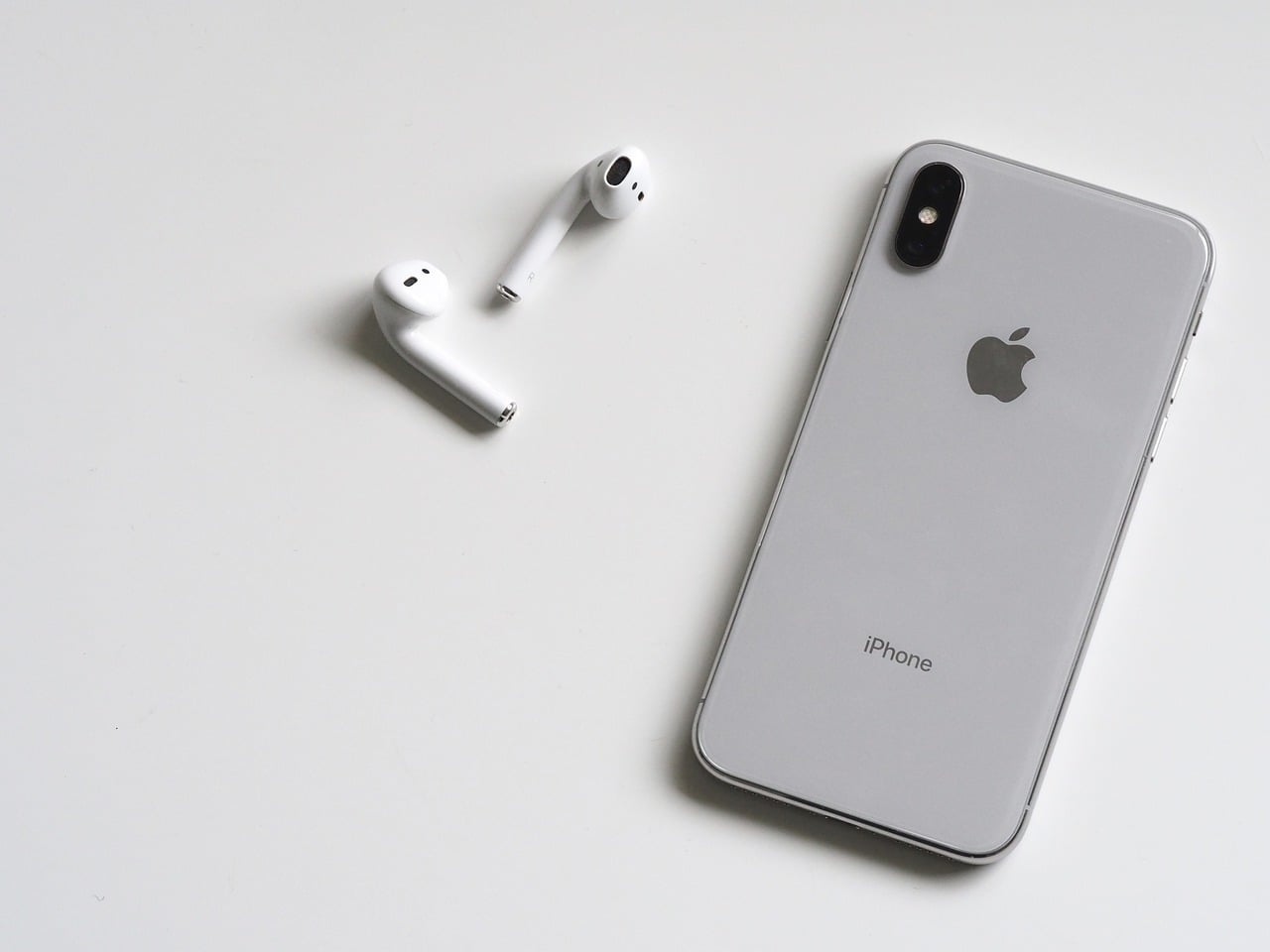 Apple AirPods vs Samsung Galaxy Buds